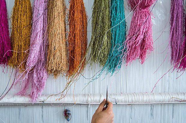 مشکل تهیه مواد اولیه در پایتخت فرش دستبافت ابریشم کشور/ سایه نوسان ارزی بر سر رکود بازار فرش