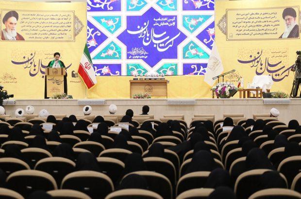 آیین اختتامیه همایش ملی کتاب سال بانوان در قم برگزار شد