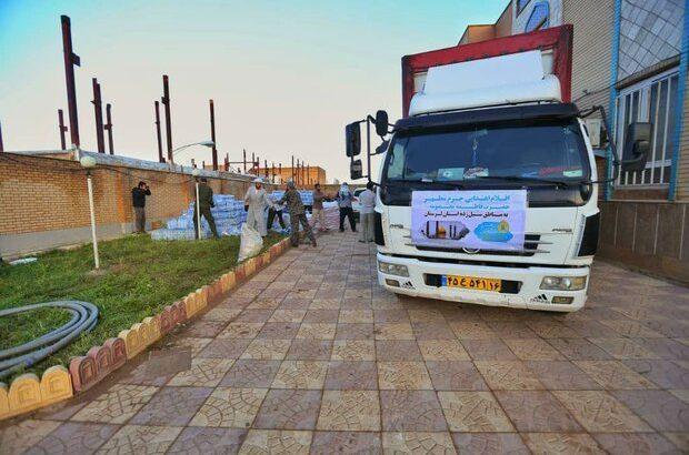 آغاز توزیع بستههای حمایتی آستان حضرت معصومه(س) در میان سیلزدگان لرستان