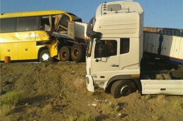 تصادف اتوبوس با تریلی در قم دو کشته برجای گذاشت