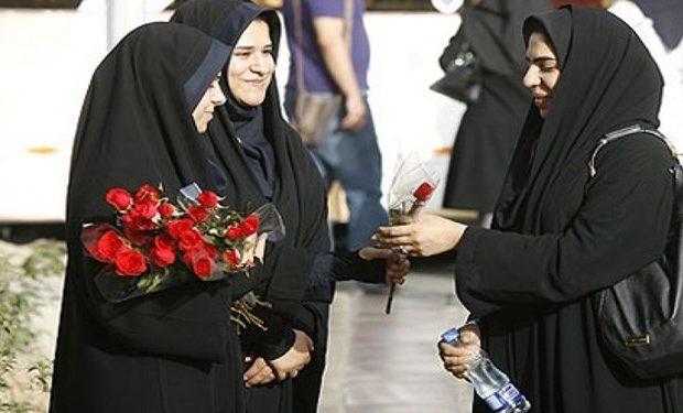 اهدای گل به بانوان توسط گروههای امر به معروف خواهران