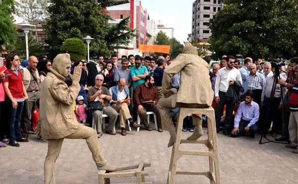 اجرای تئاتر خیابانی با موضوع تفکیک پسماند در بوستان های سطح شهر