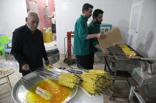 تصاویر پخت و توزیع غذای تبرکی در موکب حرم حضرت معصومه(س)
