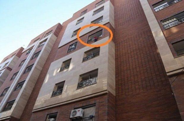 کودک در حال سقوط از طبقه پنجم ساختمانی در قم نجات یافت