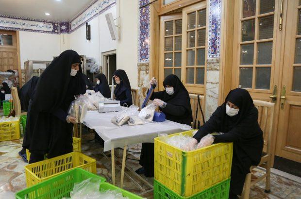 بستهبندی روزانه ۲۰ هزار افطاری ساده در حرم حضرت معصومه(س)+تصاویر