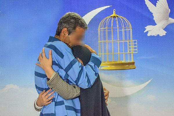 آزادی هشت زندانی در قم زیر سایه پرچم حرم امام رضا(ع)
