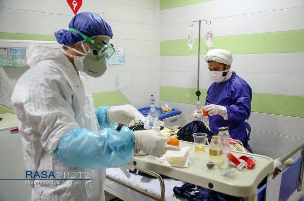 طلاب جهادی به یاری بیماران کرونایی میآیند
