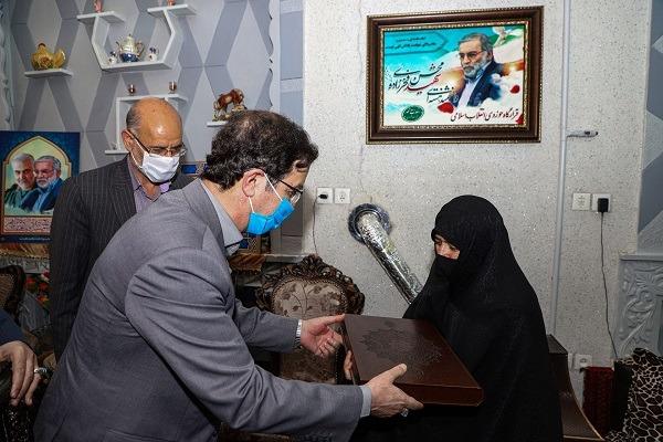 شهردار قم با خانواده شهید فخریزاده دیدار کرد +تصاویر