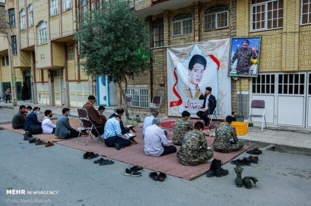 برپایی محفل قرآنی در کنار منزل شهیدان زارعی و روشنایی +تصاویر