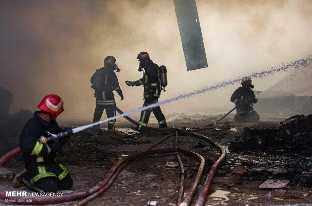 اطفای آتشسوزی انبار کارخانه کفش و دمپایی در قم +تصاویر